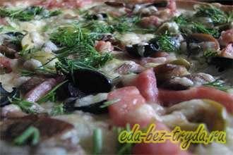 Пицца с колбасой и овощами