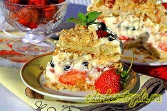 Слоеный мини-тортик с двойной безе-прослойкой, клубникой и взбитыми сливками