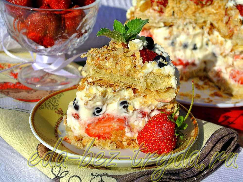 Слоеный мини-тортик с двойной безе-прослойкой, клубникой и взбитыми сливками рецепт с фото