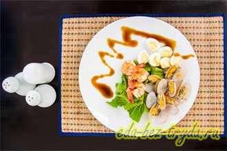 Салат с креветками и моллюсками