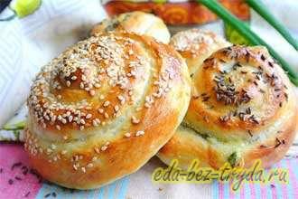 Мягкие булочки-улитки с 2-мя видами сыра и зеленым луком