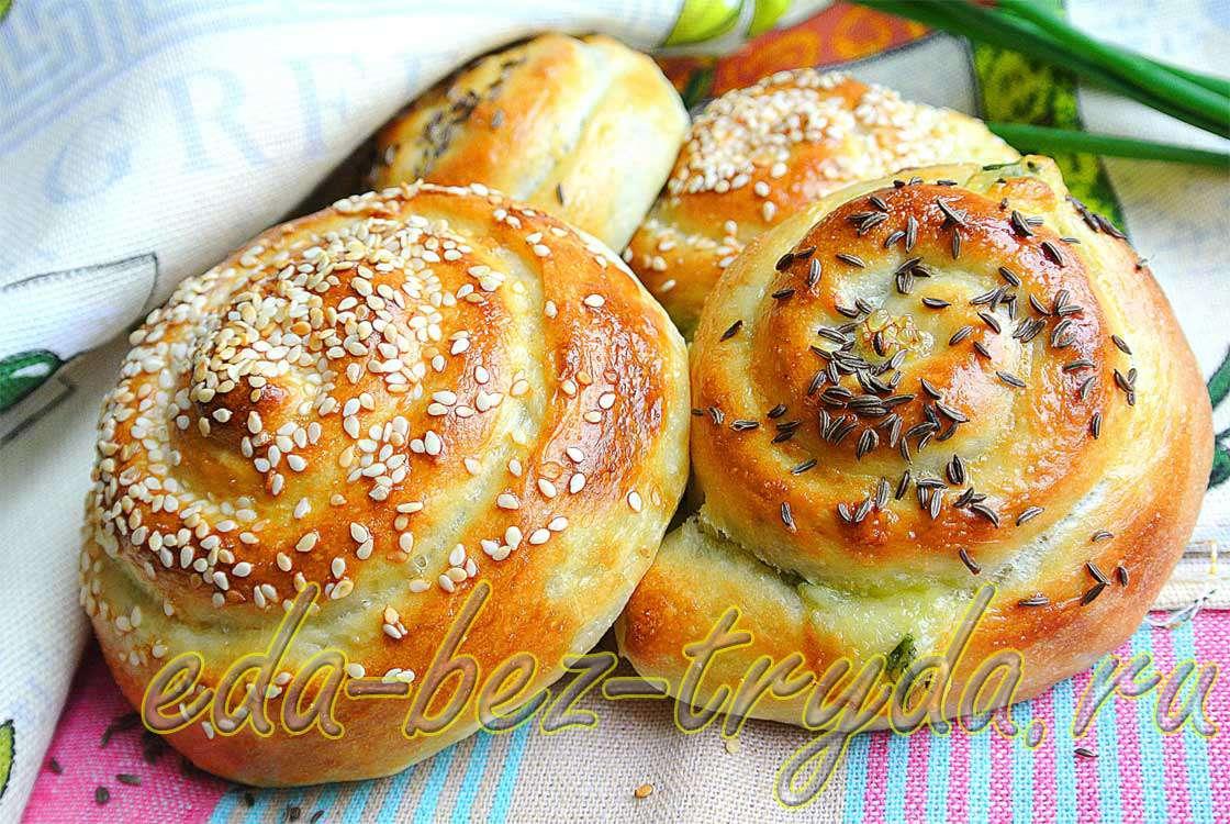 Мягкие булочки-улитки с 2-мя видами сыра и зеленым луком рецепт с фото