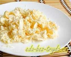 Салат из плавленных сырков 1 шаг
