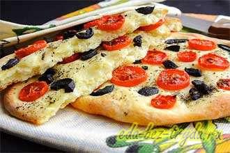 Картофельная фокачча с помидорами и оливкам