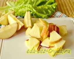 Салат с огурцами крабовыми палочками и яблоком 2 шаг