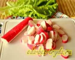 Салат с огурцами крабовыми палочками и яблоком 3 шаг