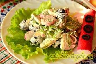 Салат с огурцами крабовыми палочками и яблоком