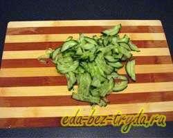 Салат с крабовыми палочками и овощами 2 шаг
