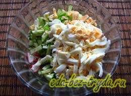 Салат с крабовыми палочками и огурцом 4 шаг