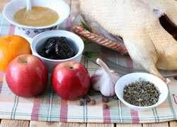как приготовить Утка с яблоками в духовке