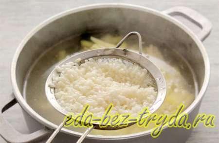 Рассольник с рисом и солеными огурцами рецепт 4 шаг