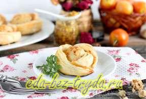 Закусочные розочки из курицы и слоеного теста