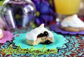 Ореховое печенье с безе и смородиной