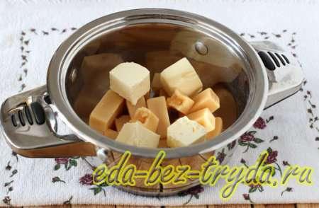Растапливаем конфеты коровка с маслом на медленном огне - шаг 1