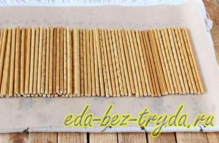 Раскладываем соломку в один ряд на бумаге для выпечки - шаг 2