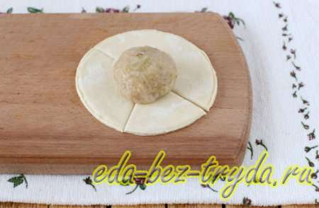 Кладем шар из фарша на тесто - шаг 7