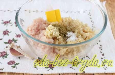 Добавляем в смесь чеснок, соль и специи - шаг 3