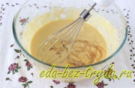 Взбиваем и добавляем теплую карамельную смесь и мед 4 шаг