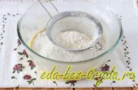 Просеиваем и добавляем муку, разрыхлитель щепотку соды 5 шаг