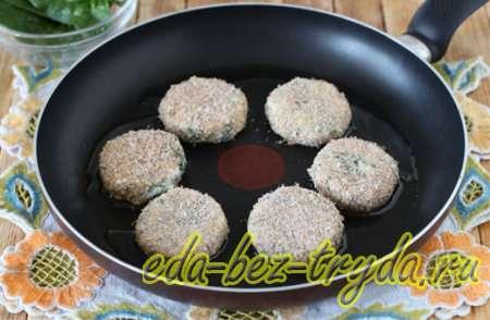 Обжаривать соленые сырники на горячем подсолнечном масле 6 шаг