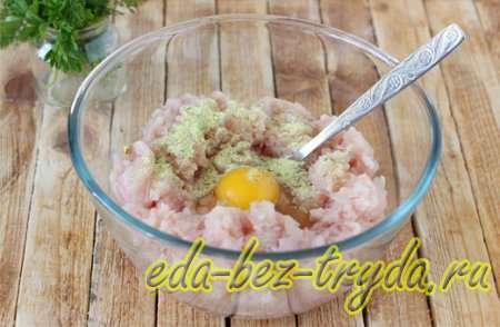 Вмешать в филе яйцо и выбранные приправы для курицы, перец, соль 4 шаг
