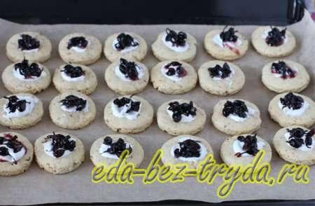 Смородину разложить по несколько ягод в каждый центр печенья 11 шаг