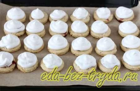 Из кондитерского мешка отсаживаем безе на каждое печенье, закрывая смородиновую начинку 12 шаг