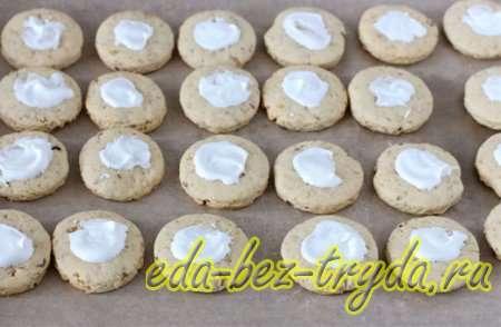 Достаем печенье из духовки и даем остыть, после смазываем небольшим количеством белковой массы 10 шаг