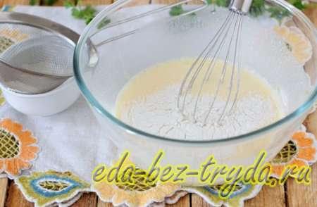 Просеять в сливочно-яичную смесь муку и соль 8 шаг