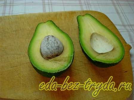 Авокадо разрезать вдоль 4 шаг