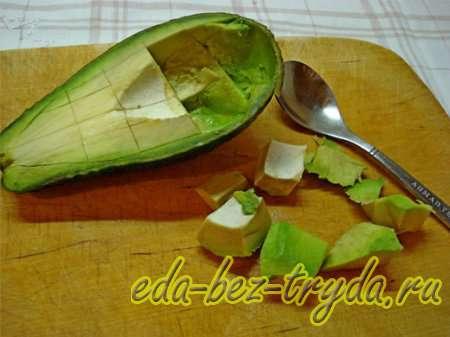 Выбрать мякоть из авокадо 5 шаг