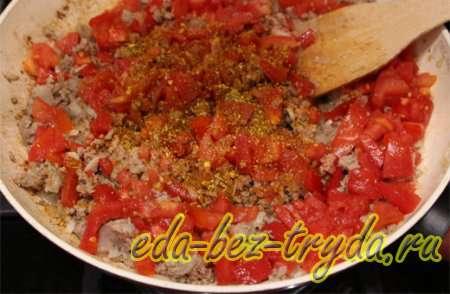Добавить в обжарку помидоры и специи 2 шаг