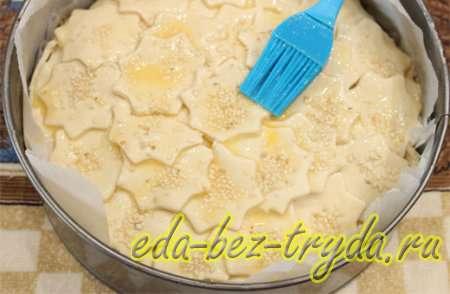 Верхушку пирога смазать взбитым яйцом, присыпать по желанию кунжутом 11 шаг