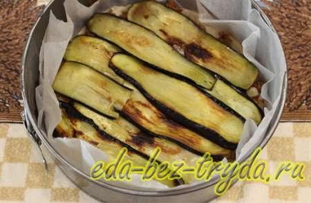 Слайсами из баклажан накрыть мясной слой 8 шаг
