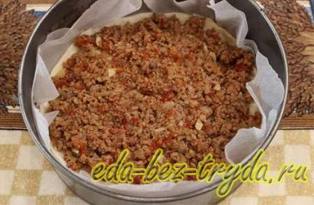 По поверхности первого пласта слоеного теста выложить половину помидорно-мясной начинки 6 шаг
