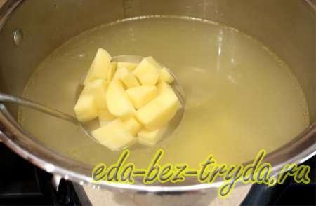 пускаем картофель в бульон 4 шаг