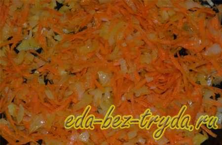 Морковь добавляем к луку и также поджариваем 6 шаг