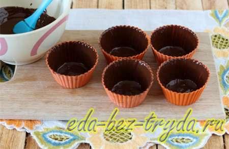 Наносим шоколад на формочки 9 шаг