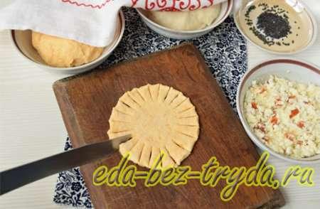 Раскатать тесто и выдавить круги и сделать надрезы 3 шаг