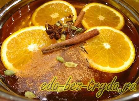 добавляем в глинтвейн специи и апельсин 3 шаг
