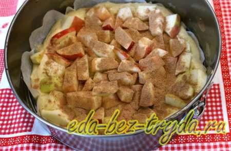 Получившиеся тесто выложить в форму, сверху яблоки и молотую корицу