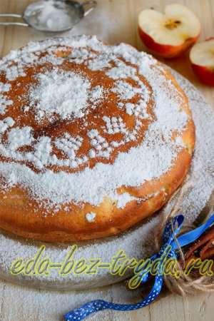 Украсить манник с яблоками на кефире сахарной пудрой