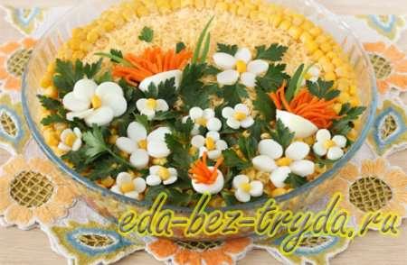 Украшаем белками и морковкой, формируя цветочки 12 шаг