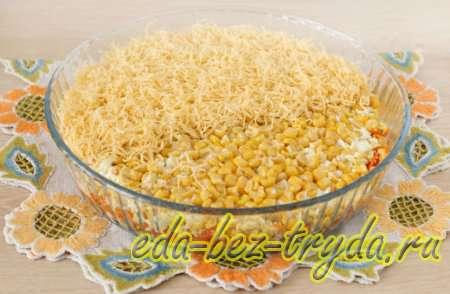 Выкладываем слой из сыра и кукурузы 9 шаг