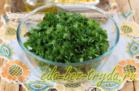 Нарезам зеленый лук, черемшу, укроп и петрушку 4 шаг