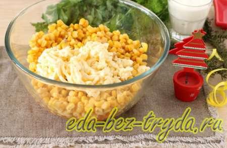 Добавляем кукурузу и плавленный сыр