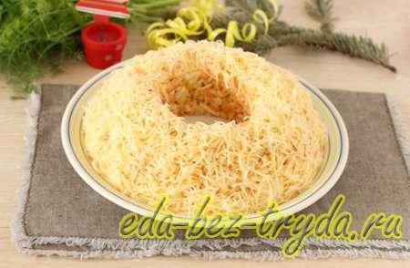 Посыпаем салат тертым сыром