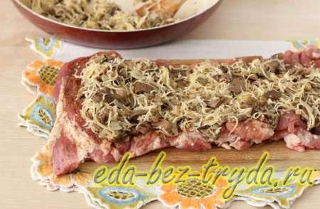 Перемешиваем сыр с грибами и раскладываем по поверхности мяса
