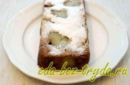 Посыпаем сахарной пудрой и шарлотка с грушами готова