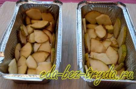 Выложим нарезанные груши в форму для выпекания